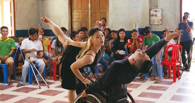 실패 딛고 일어난 경험담, 개도국 장애인을 일으켜 세우다