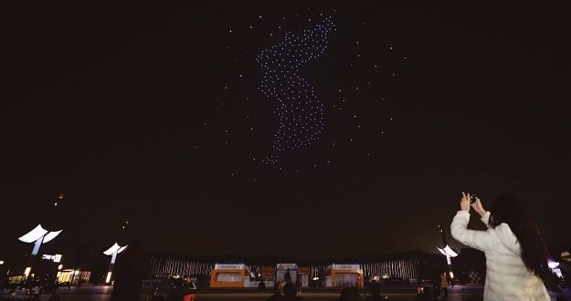 '위로와 희망'의 드론쇼, 가을 밤하늘 수놓다
